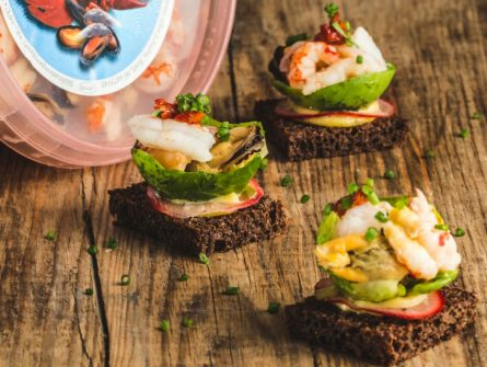 Seafood with hollandaise sauce on black bread