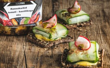 Mussels with marinated cucumber on black bread rusks