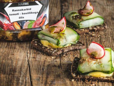 Rannakarbid marineeritud kurgiga musta leiva kuivikutel