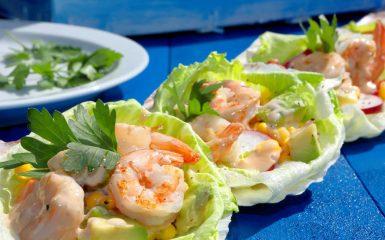 Marwi krevetid maisi ja avokaadoga salatilehel